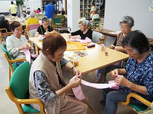 たすきを縫う製作部のメンバーら