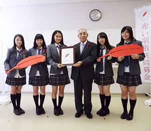 大岡会長から委嘱状を受け取ったFun×Famメンバー