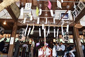 風鈴が飾られた本殿で行われた表彰式