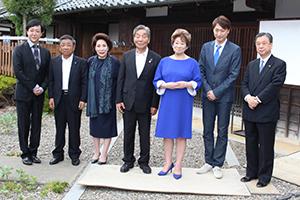 春林軒を訪れた出演者ら(右から2人目から喜多村さん、水谷さん、中村市長、波乃さん、河合さん㊧)