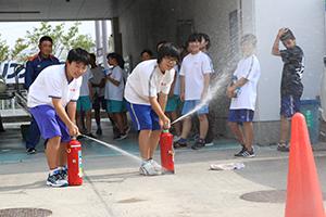 水消火器を扱う中学生