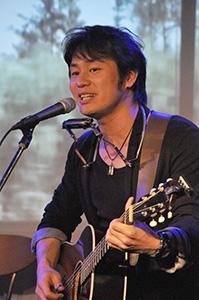 ライブハウスで歌う宮井さん(平成25年4月、和歌山市の本町ラグタイム)
