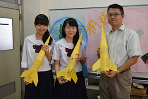 水ロケットで世界へ(左から平嶺さん、竹中さん、藤木教諭)