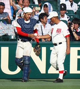 蔵野からウイニングボールを受け取る髙嶋監督