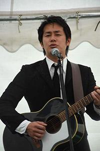 4月7日の平和祈念展望台慰霊行事で「千の蜻蛉」を 歌う宮井さん(南日本新聞社提供)