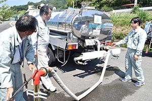 給水栓から給水車に水を入れる訓練