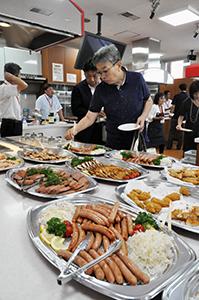 県産の畜産物を使った料理を味見する参加者
