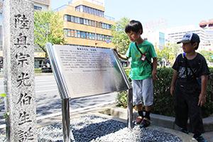 お披露目された石碑と看板