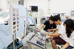 人口心肺装置を扱う参加者