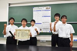 発表会で使ったポスターを囲む科学部のメンバー