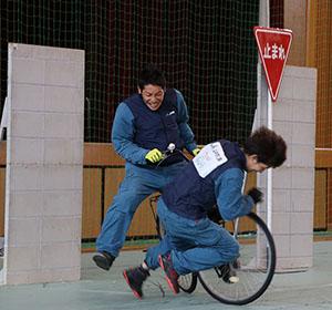 自転車と歩行者の事故を再現するスタントマン