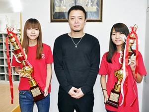 受賞を喜ぶ(左から)山本さん、亀井教諭、京井さん