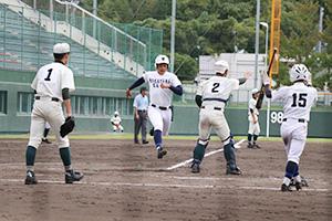 5回裏、長島の適時打で本塁生還する岡野(和歌山東)