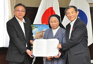 協定書を手にする仁坂知事㊨と森田理事長㊥、宮下教育長(県提供)