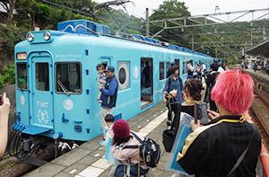 新車両が到着し、にぎわう加太駅ホーム