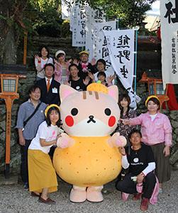 海ニャンを囲み、橘本神社で実行委メンバー