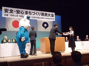 きしゅう君も参加して宮沢本部長から表彰状が受賞者㊨に手渡された