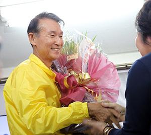 当選を果たし花束を受け取る岸本さん(午後10時40分ごろ)