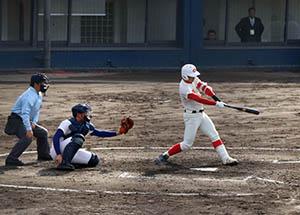 3回、満塁本塁打を放つ冨田