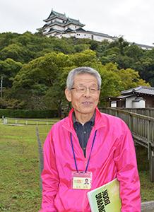 「ここから見る和歌山城が美しい」と話す丸毛さん(和歌山城二の丸で)