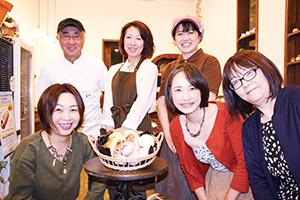 キフパンをPRするHMLメンバーと参加店のオーナー(前列右が寺村代表)