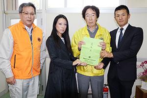 義援金を届けた畑中元会長(右から2人目)ら