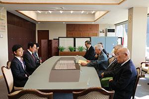 尾花市長に陳情する自治会代表ら(右側)