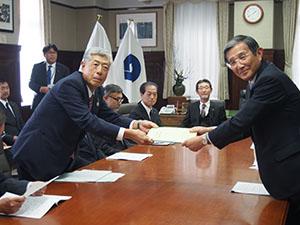 仁坂知事㊨に要望書を手渡す片山会頭