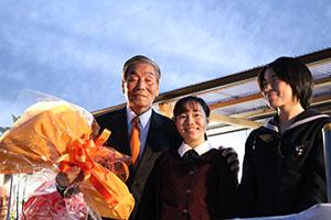 孫から花束を受け取った中村さん