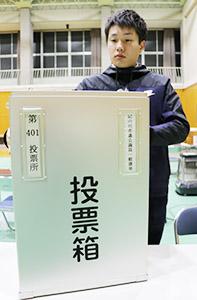 投票箱を設置する市の職員