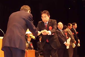 大谷理事長から表彰を受ける支援者