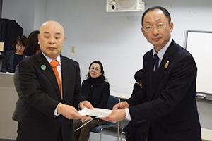 目録を受け取る小杉理事長㊧と水谷副会長