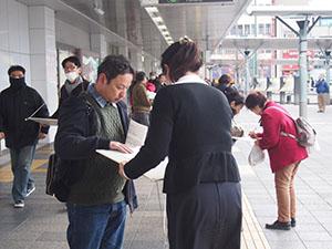 署名に協力する駅利用者