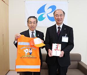 ベストと目録を手に吉田代表理事組合長㊧と貴志教育長