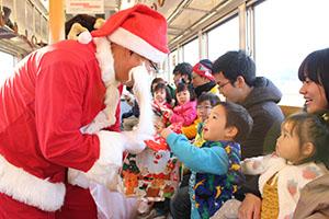 サンタからプレゼントを受け取る子ども