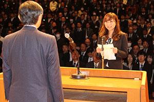 仁坂知事に決意表明する鷲岡主任