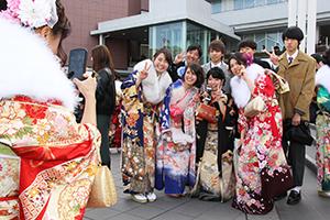 友人と記念撮影をする新成人(和歌山市)