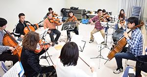練習する団員たち(和歌山市の河南コミュニティセンターで)