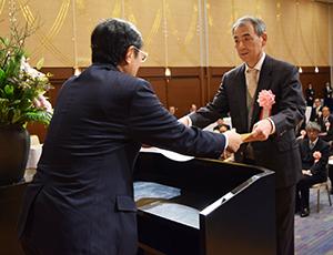 仁坂知事から感謝状を受け取る受賞者