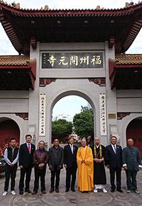 空海ゆかりの開元寺で本性住職(左から6人目)、仁坂知事(同5人目)(写真は県提供)