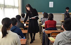 試験問題の配布を待つ受験生