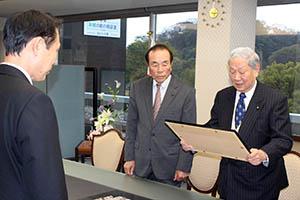 尾花市長㊧を前に要請書を読み上げる石井会長㊨