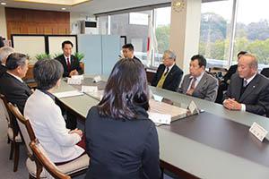 空き家対策について意見を交わす専門家団体と尾花市長(左奥)
