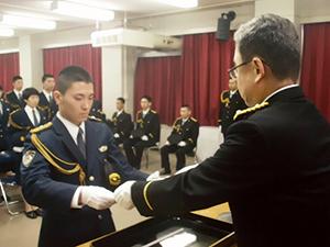 卒業証書を受け取る竹田巡査