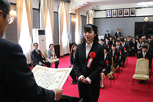 仁坂知事㊧から表彰される受賞