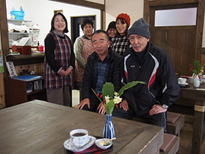 岡会長(前列左)とプロジェクトメンバー