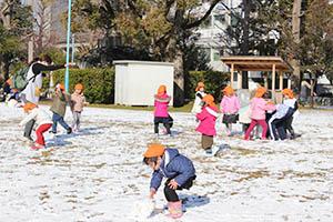 雪遊びを楽しむ子どもたち(汀公園で)