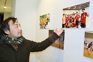 展示を紹介する吉村准教授