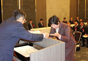 仁坂知事から感謝状を受ける功労者