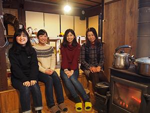 稲毛さん㊨の家で民泊体験した3人の院生
